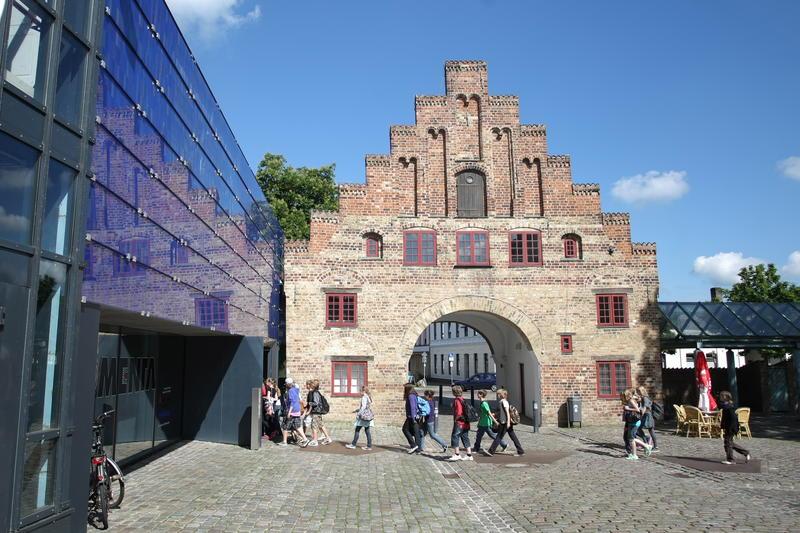 8b8a8c526b3 Bild vergrößern: Eine Schulklasse vor dem Nordertor in Flensburg auf dem  Weg in das Experimentiermuseum